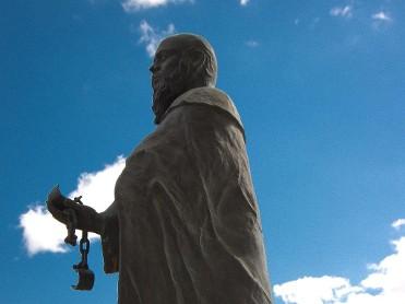 ESCULTURA MONUMENTO A LOS TRINITARIOS